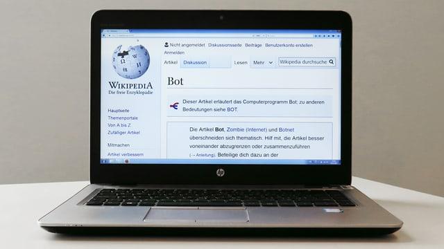 """Laptop, auf dessen Bildschirm die Seite """"Bots"""" bei Wikipedia zu sehen ist."""