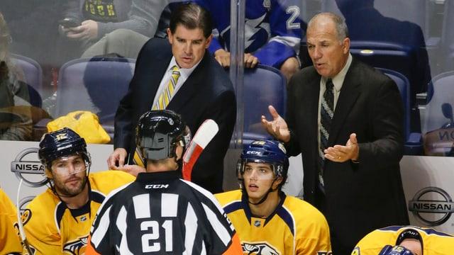 Ein Trainer diskutiert mit einem Schiedsrichter