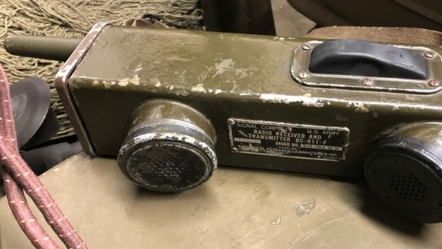 Das SCR-536 wurde von der US-Armee im Zweiten Weltkrieg eingesetzt und in der Umgangssprache handie-talkie genannt.