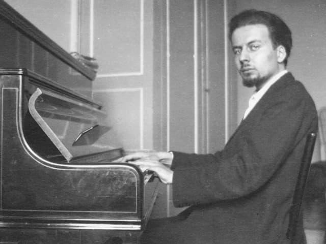 Portrait von Scelsi am Klavier sitzend.
