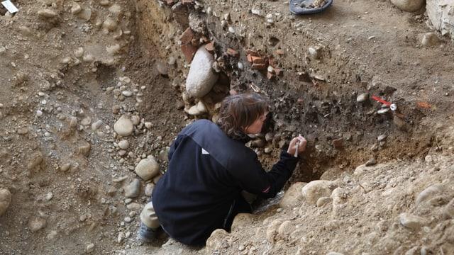 Frau in einem Graben.