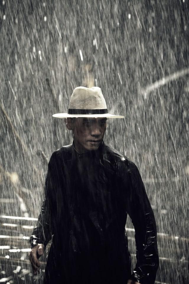 Tony Leung im strömenden Regen in einer Kampfszene