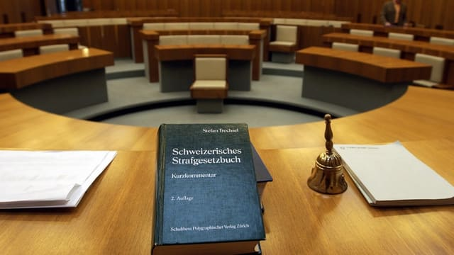 Totale auf einen Grichtssaal mit dem Strafgesetzbuch im Vordergrund.