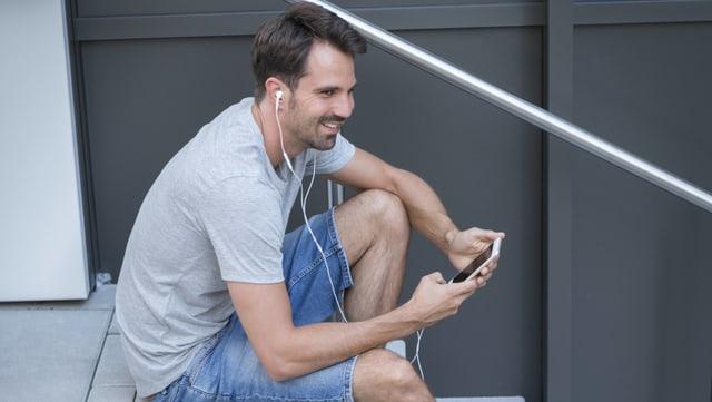 Ein Mann telefoniert mit Headset.