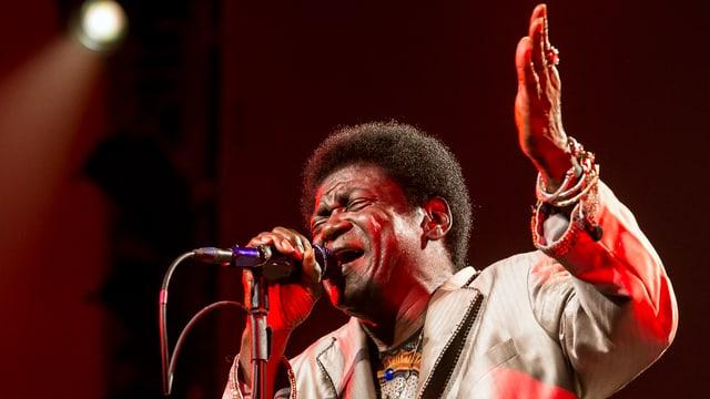 Charles Bradley vor einem Mikrofon auf der Bühne am Blue Balls Festival in Luzern, 2016.
