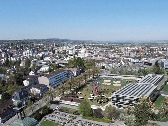 Platz von oben mit dem Stadthaus und der Festwiese