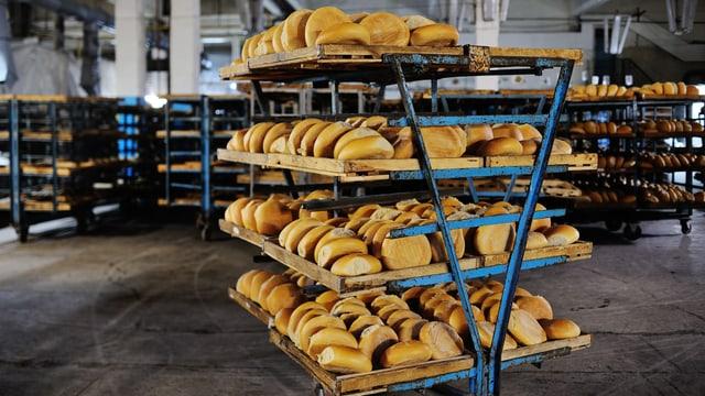 Regale voll mit Brot