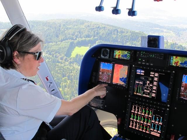 Katherine Board checkt im Cockpit die Apparate.