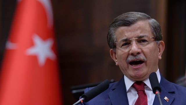 Il primminister tirc Ahmet Davutoglu.