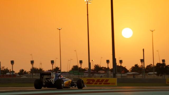 Ein Formel-1-Auto im Sonnenuntergang.