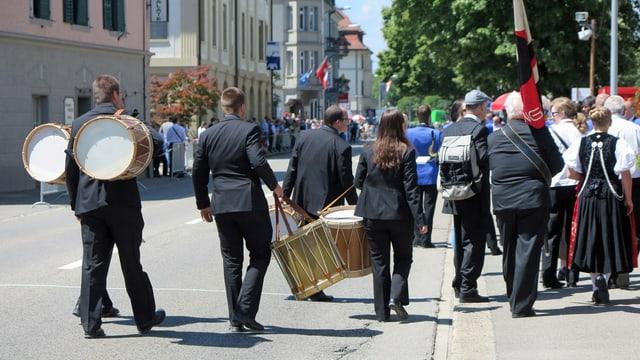 Musikanten verlassen die Parade-Strecke