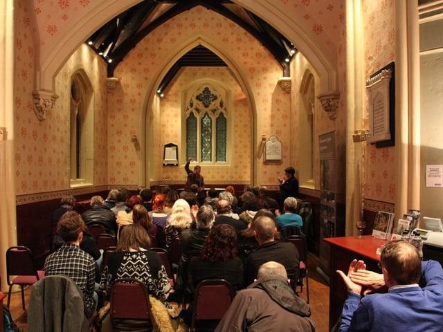 Am 11. März 2016 in der Kapelle des Highgate Cemetery: Jem Roberts bei seinem Vortrag.
