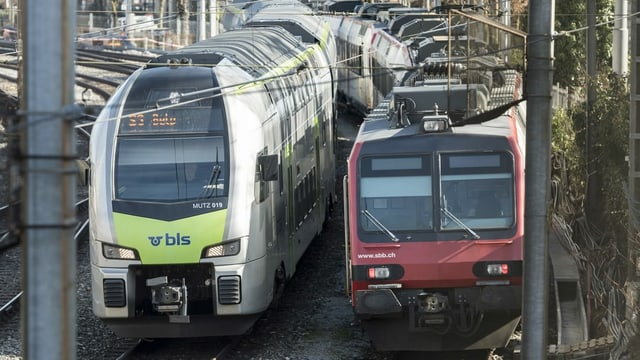 In tren da la BLS e da la SBB in sper l'auter.