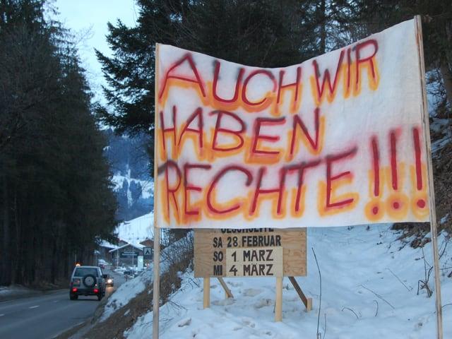 Protestplakat am Dorfeingang von Zweisimmen.