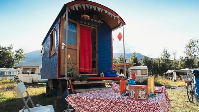 Campingwagen und Campingtisch