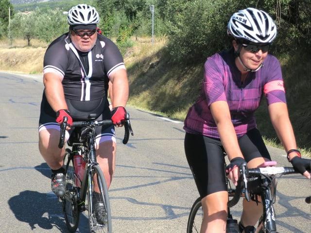 Ein gewichtiger Velofahrer mit seiner Begleiterin kurz nach Start am Mont Ventoux.
