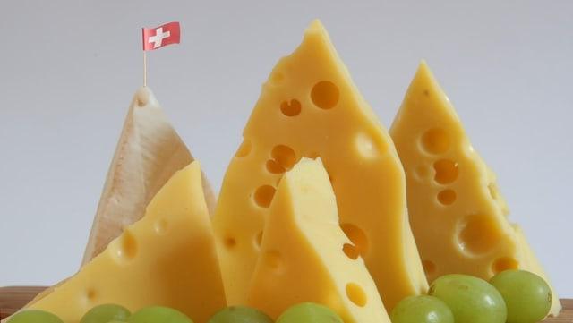 Käse-Berge mit einer Schweizer Fahne