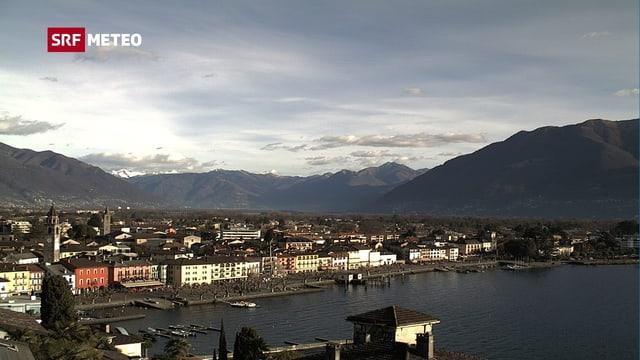 Blick auf das Dorf Ascona, im Vordergrund der Lago Maggiore.