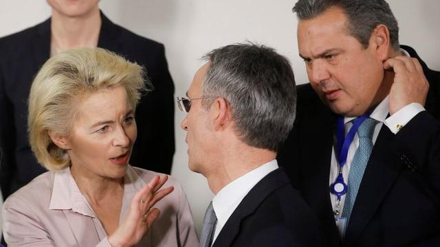 Ursula Von der Leyen, Jens Stoltenberg und Panos Kammenos sprechen miteinander.