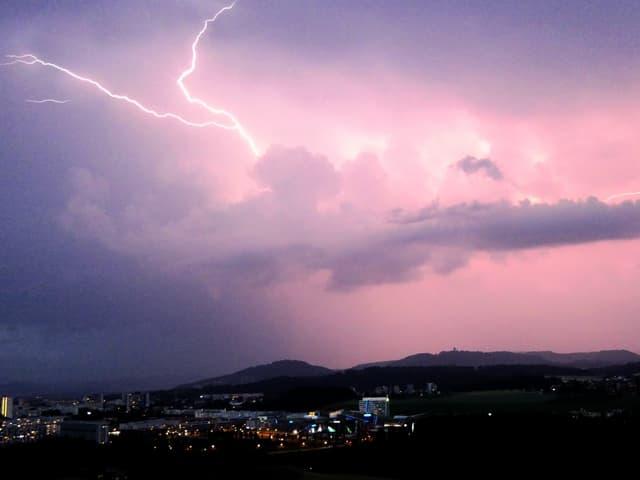 Blitz am Nachthimmel bei Riedern (BE).