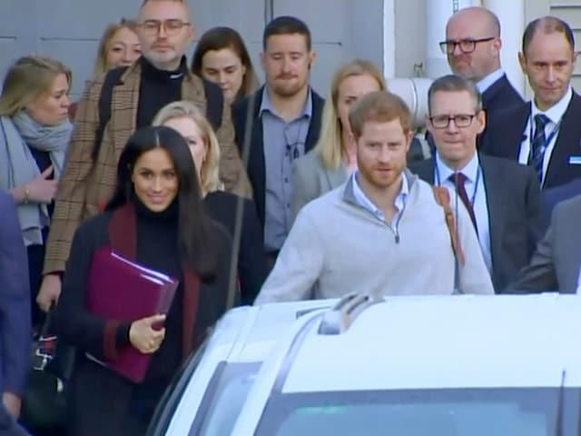 Meghan und Harry hinter einem Auto
