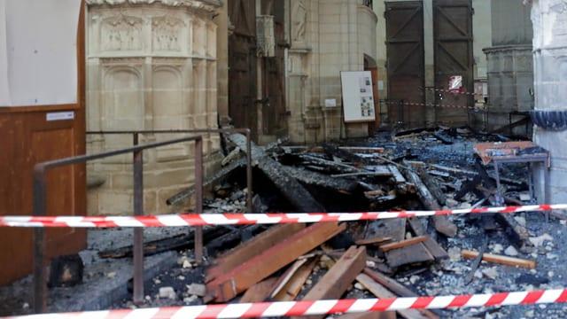 Russiges Gebälk am Boden der Kirche