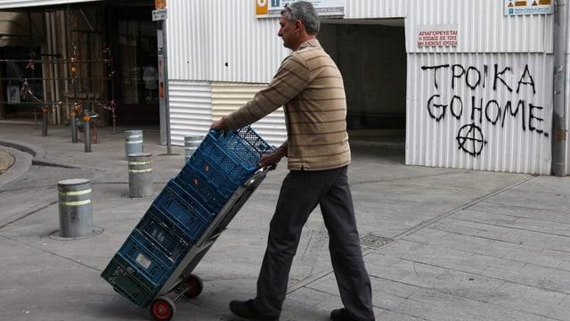 Ein Mann vor einem Graffiti
