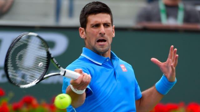 Djokovic schlägt den Ball