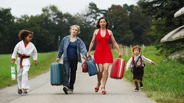 Alia Duncan als Tatjana, Elisa Schlott als Nana, Meret Becker als Roberta, Josef Sunkler als Toto.