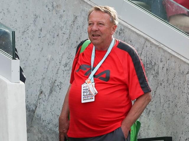 Dirk Hordorff steht in den Tenniskleidern da.