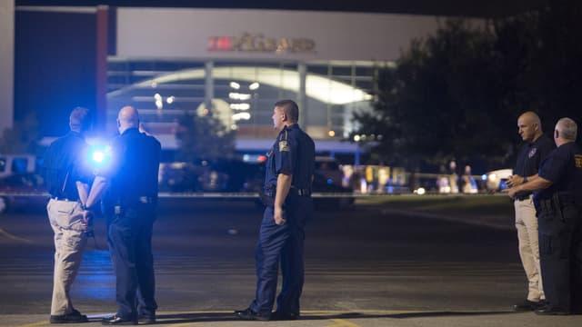 Polizisten stehen vor einem Kino.