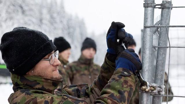 Soldat baut Zaun