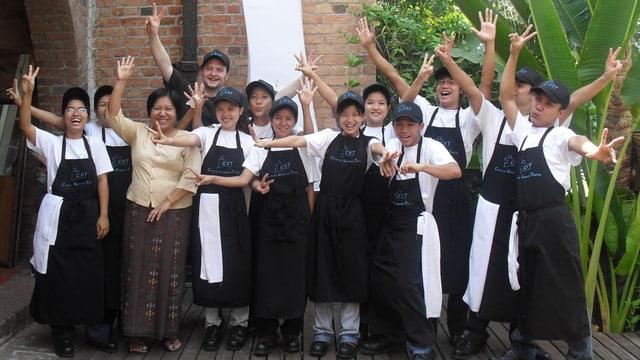 Urs Auchter cun scolars a Burma