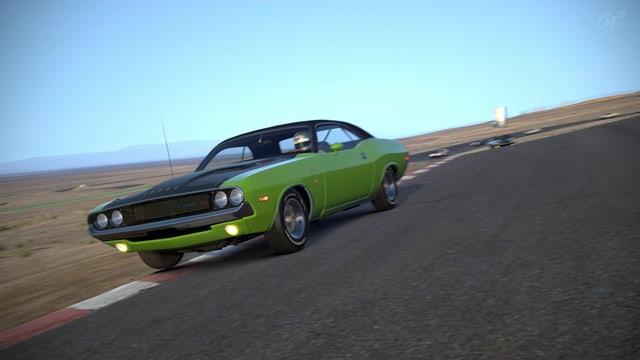 Ein 70er Dodge Charger in grün auf dem Randstein.