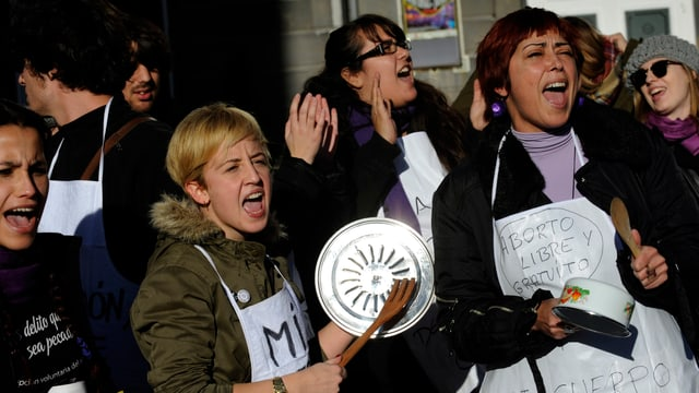 Frauen demonstrieren lautstark mit Pfannendeckeln.