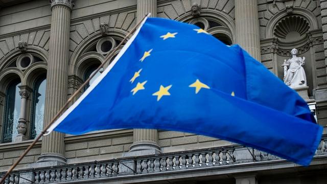 Bandiera da l'UE avant la chasa federala a Berna.
