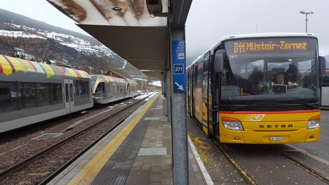 A sinistra la Vintschger-Bahn ed a dretga la posta Svizra.
