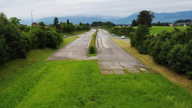 Endet wohl noch ein paar Jahre lang im Gras: Die Oberland-Autobahn