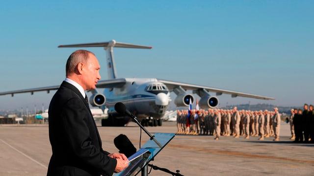 Wladimir Putin spricht zu russischen Soldaten.