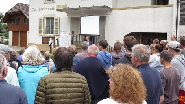 Zahlreiche Leute vor dem Gemeindehaus von Wileroltigen; vorne steht Gemeindepräsident Christian Grossenbacher.