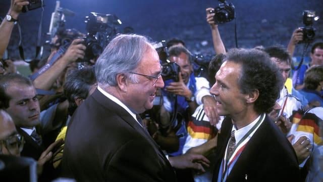Helmut Kohl mit Franz Beckenbauer nach dem WM-Final von Rom.