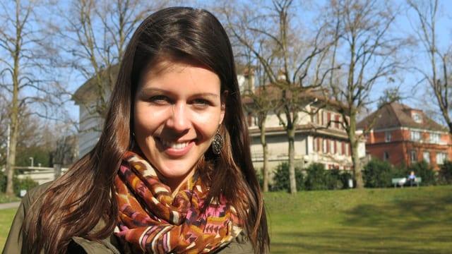 Porträtbild von Jodelstar Melanie Oesch im Park