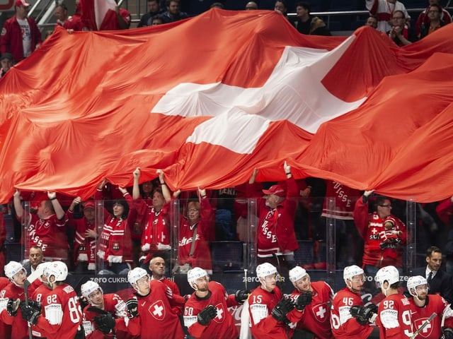 Die Schweizer Eishockey-Nati und ihre Fans bejubeln ein Tor an der WM 2019.
