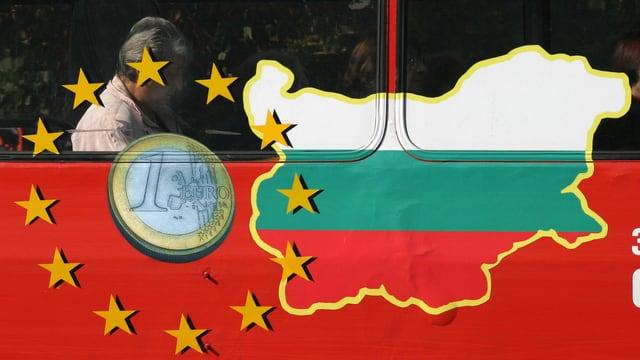 Ein Mann sitzt in einem Bus. Auf dem ist eine Euro-Münze, die Sterne der EU-Flagge und die Farben der bulgarischen Flagge zu sehen.