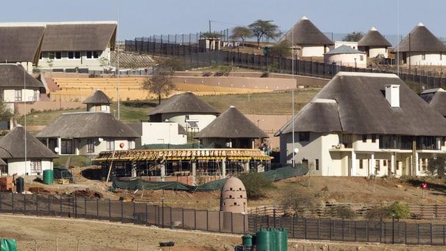 Afrikanische Häuser an einem Hang