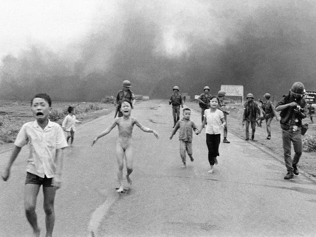 Schreiende Kinder und Soldaten