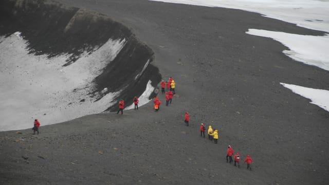 Wandergruppe unterwegs auf der Antarktischen Halbinsel.