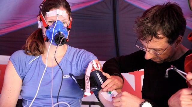 Frau im Zelt bei medizinischen Tests.