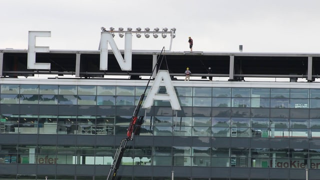 Die Buchstaben bei der AFG Arena werden abmontiert.