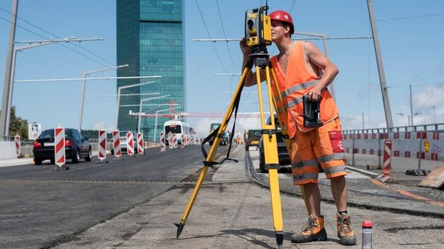 Bauarbeiter mit kurzen Hosen beim Prime Tower